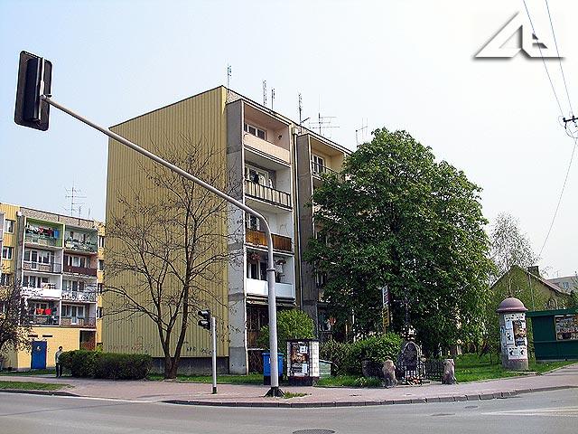 Bloki i stara kapliczka przy Armii Krajowej.