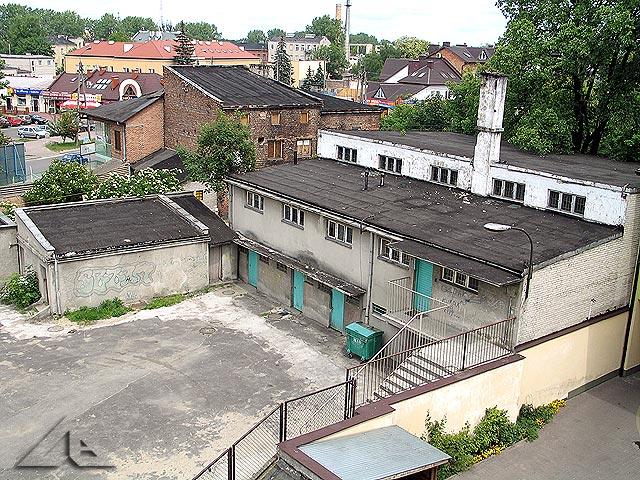 Szkoła podstawowa nr 1 - budynek, w którym mieszczą się toalety oraz sala gimnastyczna.