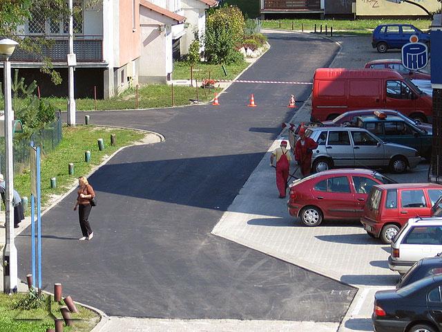 Wewnętrzna uliczka na osiedlu Niepodległości.<br>Nowa asfaltowa nawierzchnia została wykonana w ciągu kilku porannych godzin w największy sobotni ruch.<br>A więc okazuje się, że można wykonywać takie prace szybko i sprawnie ...