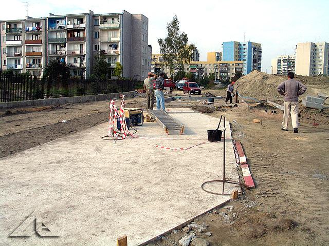 Budowa ścieżki w parku rowerowym.