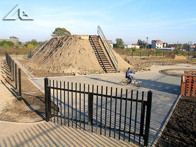 Budowa parku rowerowego. Widok od bramy wejściowej.
