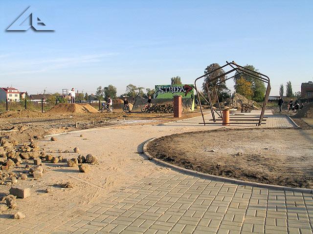 Budowa parku rowerowego. Konstrukcja, na bazie której zostanie zbudowane zadaszenie.