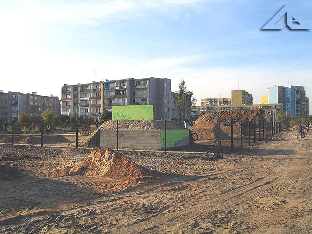 Widok w kierunku północno-zachodnim na budowany park rowerowy.