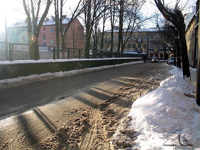Spóźniona zima w Wołominie - ulica Moniuszki w kierunku zachodnim.