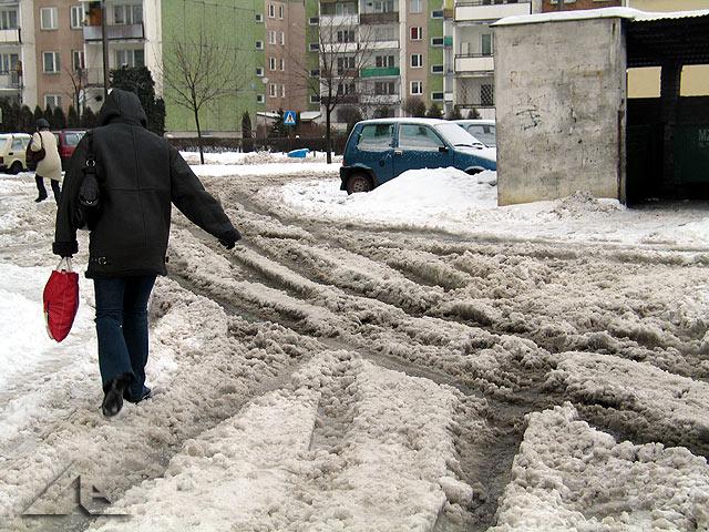 Spóźniona zima w Wołominie - zaśnieżone wewnętrzne uliczki na osiedlu Niepodległości
