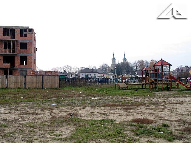 Widok z ulicy Reja w kierunku zachodnim. W tle widoczne wieże kościoła pw. Matki Bożej Częstochowskiej
