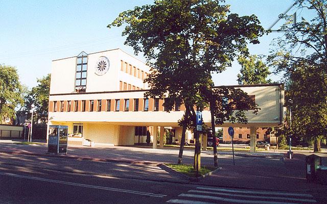 Gmach Urzędu Miejskiego.<br>Od połowy XVI wieku w tym miejscu budowano kolejne dwory dziedziców Wołomina;<br>ostatni dwór - Wojciechowskich - został trafiony bombą niemiecką w 1944 roku.