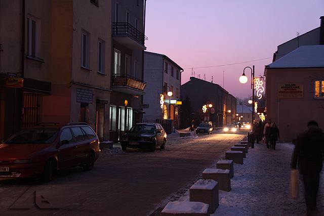Godzina 16.10 - tuż po załączeniu oświetlenia ulicznego ulica Kościelna w kierunku zachodnim.