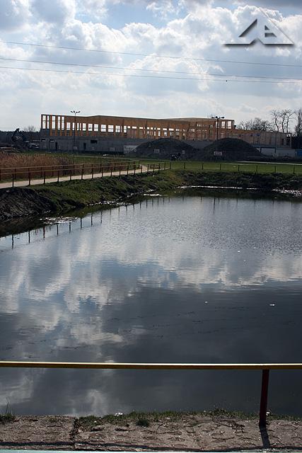 """Budowa nowego basenu na terenie Ośrodka Sportu i Rekreacji """"Huragan"""" - widok w kierunku południowym"""