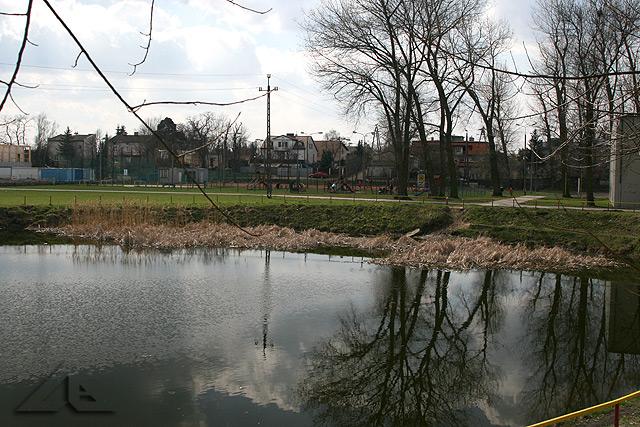 """Zaplecze OSiR """"Huragan"""" - widok w kierunku wschodnim na plac zabaw i ziemne korty tenisowe"""