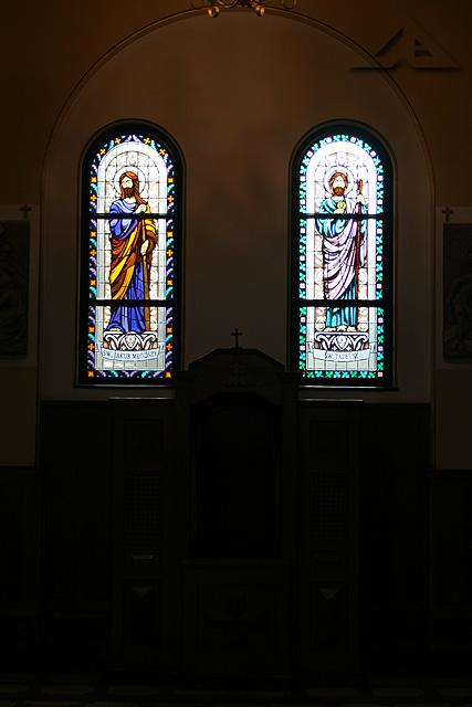 Nowe witraże w kościele pw. Matki Bożej Częstochowskiej - widok na prawy konfesjonał, pierwszy od wejścia nawą główną.