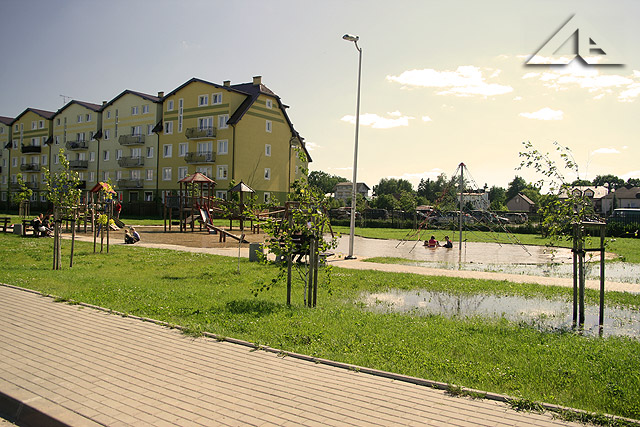Potężne ulewy, które nawiedzają w ostatnim czasie całą Polskę nie ominęły również Wołomina. Dzieci mają ogromną frajdę bawić się w mini basenie na placu zabaw przy ulicy Reja.