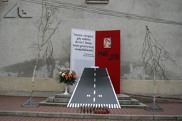 Procesja Bożego Ciała w parafii pw. Matki Bożej Częstochowskiej.<br>Fotografia przedstawia 4. ołtarz z sugestywnym odniesieniem do tragicznej katastrofy samolotu prezydenckiego w dniu 10 kwietnia 2010 r. pod Smoleńskiem.