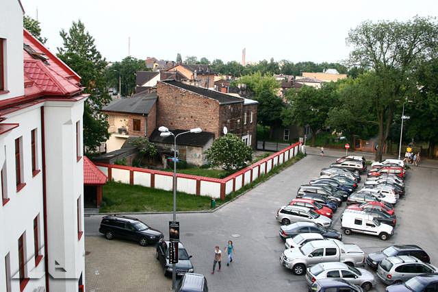 Widok na dawny dziedziniec i boisko przy dawnej szkole nr 1 - obecnie obiekt nazywany jest Wileńska 32