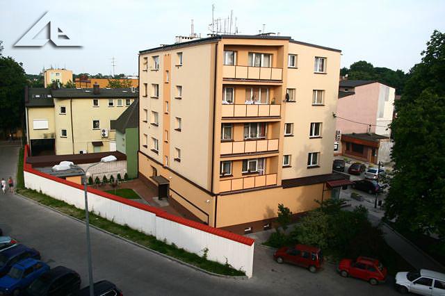 Widok z budynku przy Wileńskiej 32 (stara szkoła nr 1) na sąsiadujący blok mieszkalny.