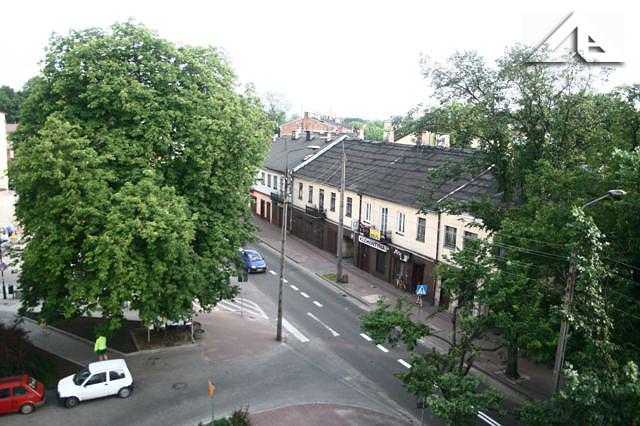 Widok z budynku przy Wileńskiej 32 (stara szkoła nr 1) na tzw. trupie drzewo, przy którym w latach 80-tych stała pani z białym wózkiem i sprzedawała oranżadę.