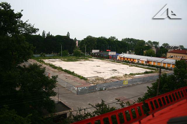 Widok z budynku przy Wileńskiej 32 (stara szkoła nr 1) na plac, na którym stała hala sklepu Carrefour, wcześniej GLOBI a jeszcze wcześniej ... wiecznego MEGASAMU