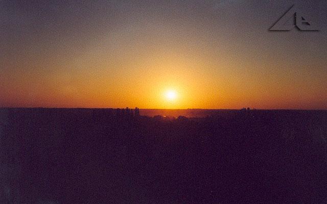 Zachód słońca widziany z 9 piętra osiedla Niepodległości. W oddali Radzymin.