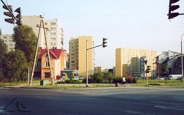 Osiedle Niepodległości. Widok od strony osiedla Słoneczna.<br>Na pierwszym planie zbieg alei Niepodległości z ulicami Wileńską i Szosą Jadowską.