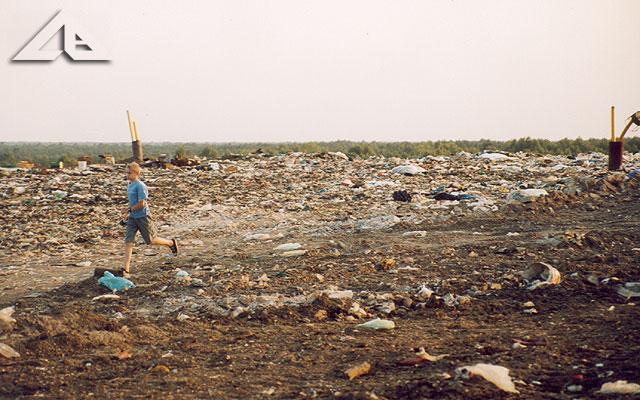Wysypisko śmieci czyli tzw. zwałka. Widok w kierunku Leśniakowizny.
