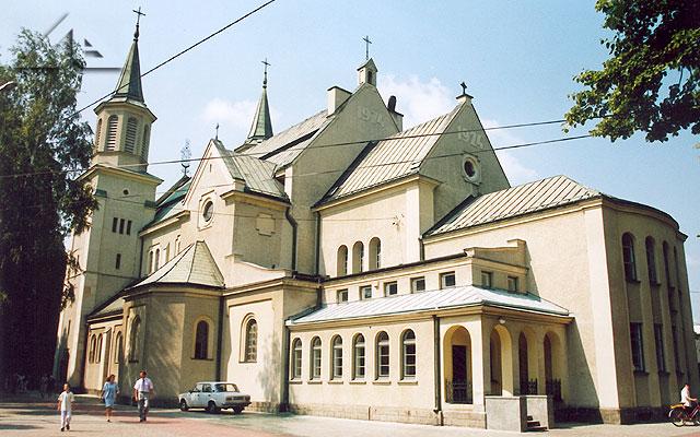 Południowa fasada kościoła pw. Matki Boskiej Częstochowskiej.<br>Pierwotnie bryła świątyni miała charakter neogotycki (od roku 1914);<br>po II wojnie światowej przyjęłą styl neoromańsko-klasycystyczny, dobudowano drugą wieżę (południową).