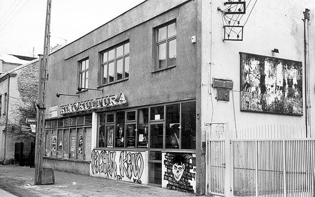 """Symbol kultury regionalnej :(<br>Budynek kina """"Kultura"""" jako jeden z nielicznych przedstawicieli wołomińskich obiektów publicznych prezentuje się dość skromnie... Jego bryła w stanie surowym powstała w roku 1938, natomiast obecny ekran został przywieziony z Londynu w roku 1966."""