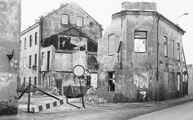 Zdjęcie tego spalonego budynku zostało wykonane kilka dni przed rozpoczęciem prac demontażowych. Sąsiadująca ulica jest zablokowana od pierwszych dni stycznia 2002.