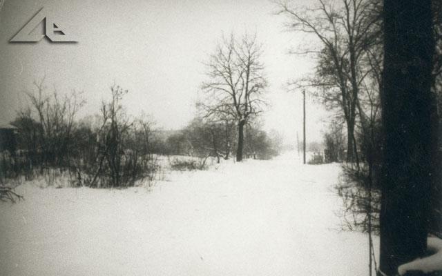 To zdjęcie przedstawia nieistniejącą już drogę, która przebiegała przez dzisiejsze osiedle Niepodległości