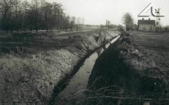 Ten kanał melioracyjny prowadził aż do kościoła M.B. Częstochowskiej wzdłuż odcinka ulicy Kościelnej między Aleją Niepodległości a kościołem.