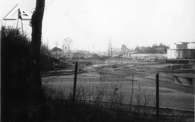 Perspektywa na ulicę Niepodległości. W głębi widoczny 'grzybek'.<br>Proszę porównać tę fotografię z wykonaną w tym samym miejscu w grudniu 2002.