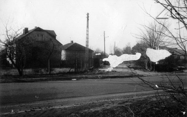 Fotografia wykonana z bramy dworku przu alei Niepodległości na niestniejący odcinek ulicy Długiej.<br>Po tym miejscu został tylko szpaler kasztanowców.