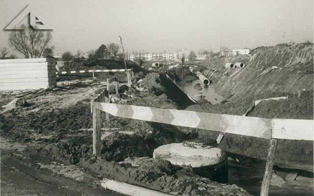 Ta fotografia jest zrobiona prawdopodobnie z nieistniejącego odcinka ulicy Długiej w miejscu, gdzie znajduje się nowa zabudowa domków jednorodzinnych przy ulicy Wileńskiej. W tle osiedle Słoneczna