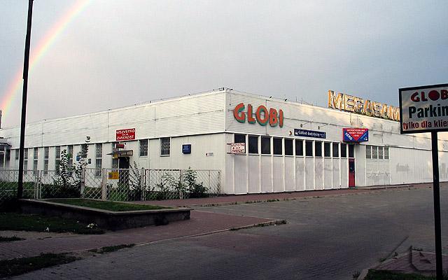 Budynek sklepu 'GLOBI' a dawniej 'MEGASAM'.<br>Na placu przed sklepem do roku 1991 znajdował się nieformalny ryneczek