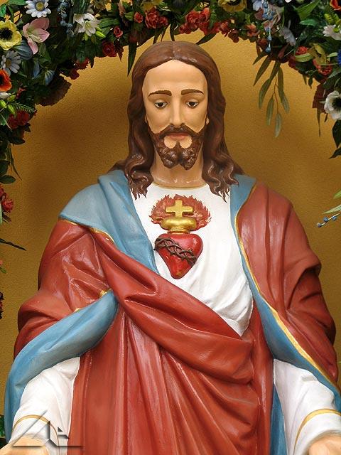 Figura Chrystusa znajduje się po lewej stronie drzwi wejściowych do kościoła.