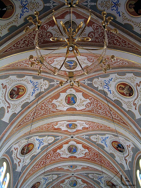 Sklepienie nad nawą główną w kościele pw. Matki Boskiej Częstochowskiej.