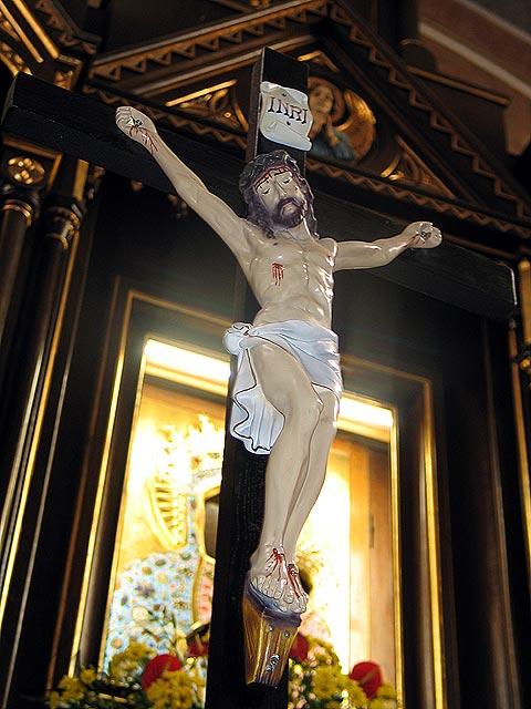 Krzyż umieszczony przy ołtarzu