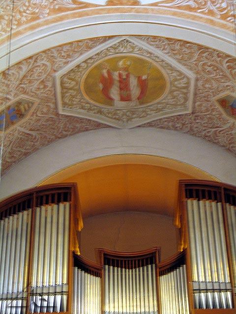 Chór. Organy. Wizerunek Ojca Świętego.
